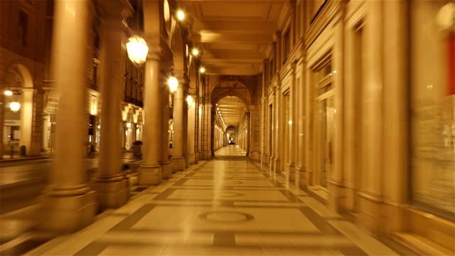 Columnatas-a-lo-largo-de-Via-Roma-Turín-Piamonte-Italia---lapso-Hyper