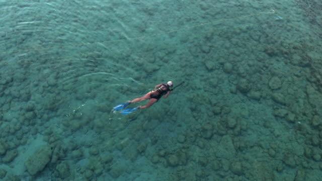Luftaufnahme-von-einem-Speer-Fischer-schwimmt-im-Meer-um-Fische-zu-fangen