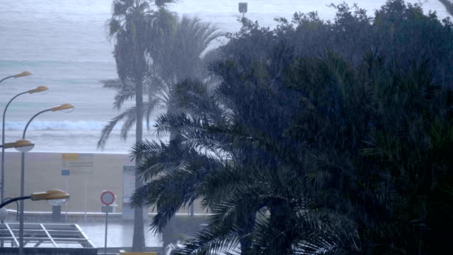 Fuertes-lluvias-en-una-ciudad-turística-costera-en-el-sur-de-España