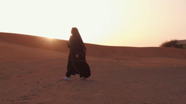 Mujer-musulmana-de-pie-cerca-de-la-mezquita-en-el-desierto-Viento-fuerte-Paz-de-Oriente-Medio-sin-guerra