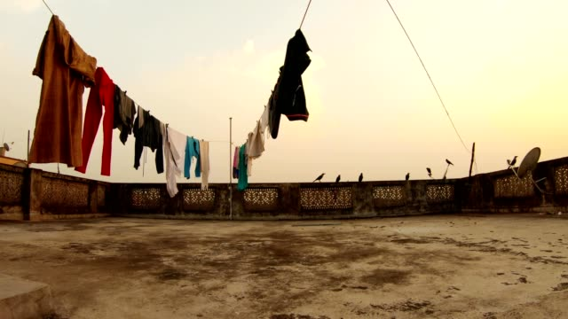 alte-fadenförmige-Dach-trocknen-Kleidung-Krähen-springen-Kolkata