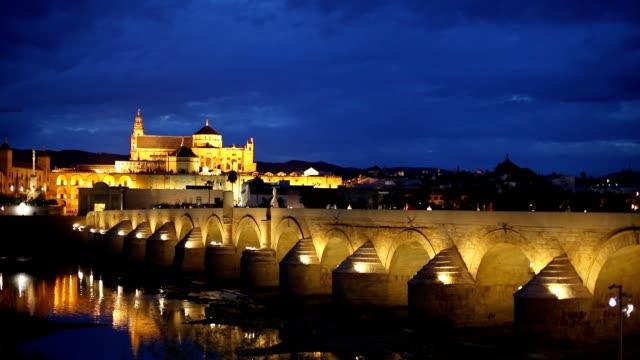 Römische-Brücke-und-eine-Moschee-Cordoba-Spanien