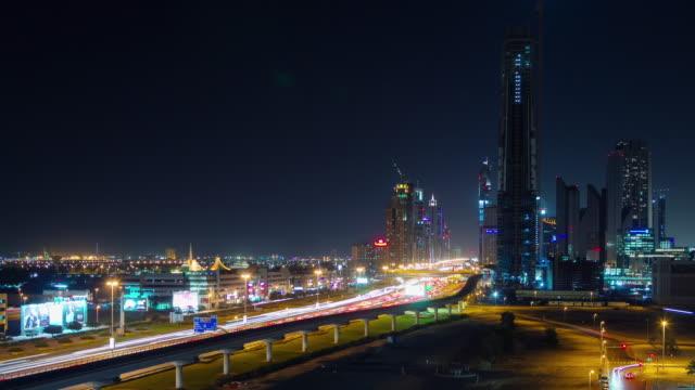 panorama-de-carretera-del-tráfico-de-ciudad-de-noche-iluminación-dubai-4-tiempo-k-lapso-Emiratos-Árabes-Unidos