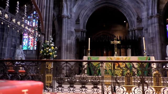 Biblia-y-altar-en-la-Catedral-de-Manchester