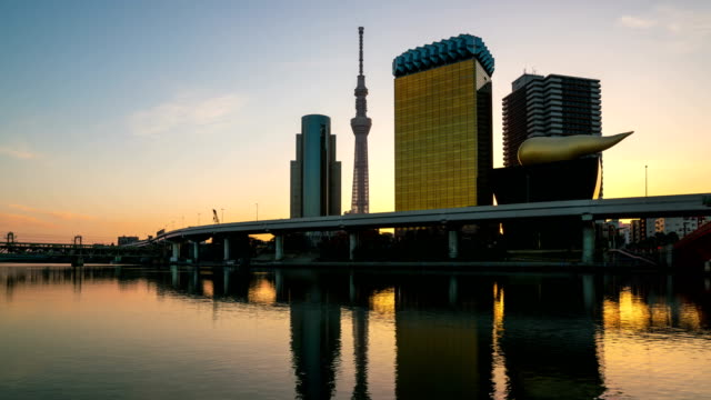 Sunrise-time-lapse-of-Tokyo-skyline-on-Sumida-river-and-Tokyo-sky-tree
