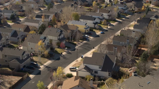 ANTENA-CLOSE-UP:-Pueblo-Suburban-con-costosas-casas-en-día-de-otoño-soleado