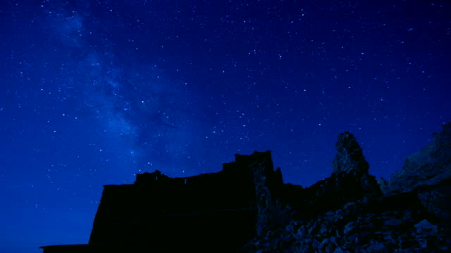Lapso-de-tiempo-estrella-de-la-noche-de-la-vía-Láctea-sobre-Castillo-de-Ait-Ben-Haddou-en-Marruecos-exterior-en-la-pelicula-juego-de-tronos