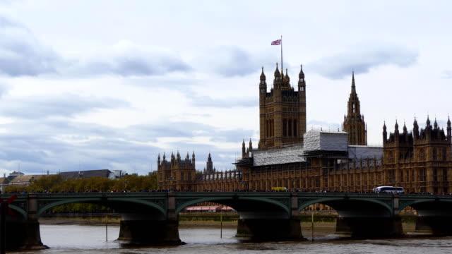Amarillo-van-ambulancia-en-el-puente-de-Westminster