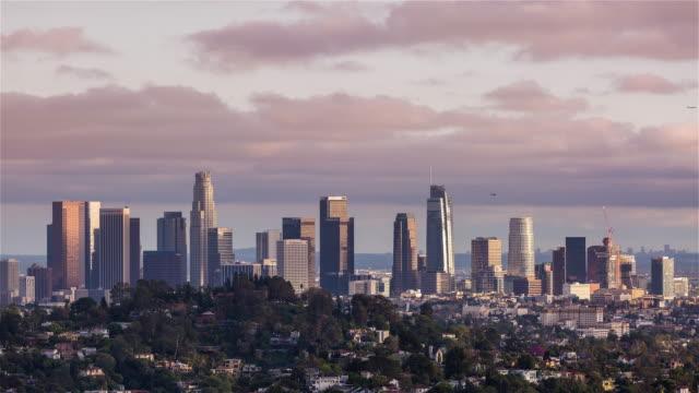 Centro-de-Los-Ángeles-con-nubes-rosas-muy-cercano-día-Timelapse