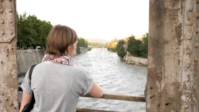 Niña-mira-el-río-desde-el-puente-Kutaisi-Georgia