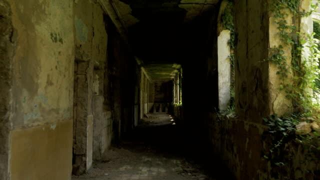 Fuß-in-das-verlassene-Gebäude-in-Zchaltubo-Georgia
