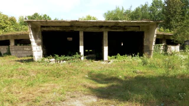Caminando-en-el-edificio-abandonado-en-Tskaltubo-Georgia