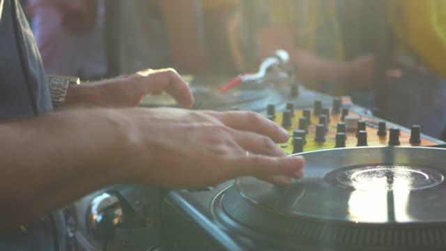 cerrar-una-mano-dj-rayado-disco-de-vinilo-en-el-tocadiscos-en-un-partido