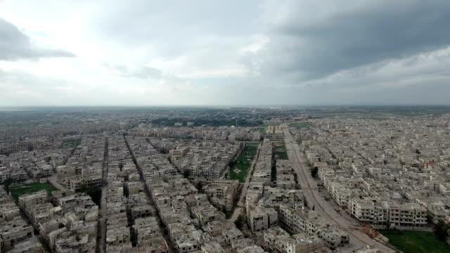 Panorama-de-Alepo-devastada-después-de-la-guerra-bajo-cielo-nublado