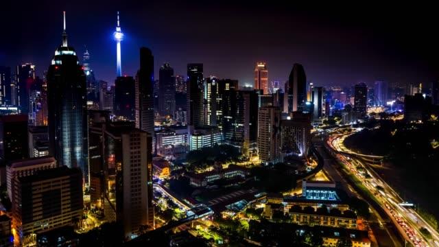 lapso-de-tiempo-k-4-con-paisaje-de-tráfico-de-la-ciudad-de-Kuala-Lumpur-con-dos-torres-sobre-un-fondo.-Vista-aérea.