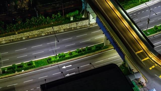 Tráfico-en-la-ciudad-Avenida-4K-Time-lapse-noche-Tráfico-pesado-que-circula-con-borrosa-movimiento-Al-atardecer-