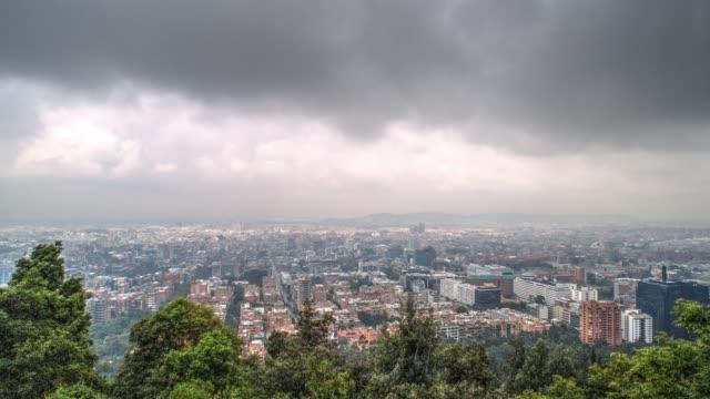 Breiter-Tageszeitraffer-des-Bogota-Viertels-mit-Sonnendurchdringung-durch-den-ominösen-Himmel