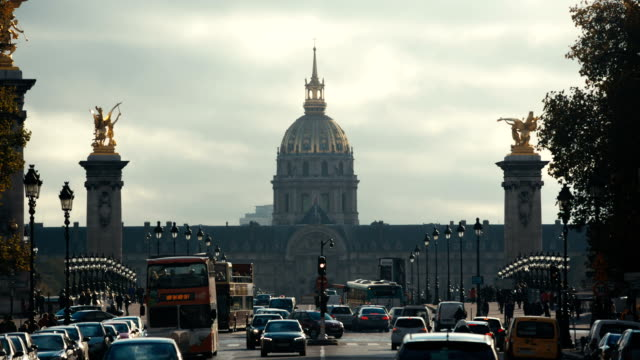París-Francia---11-de-noviembre-de-2014:-Toma-principal-del-Hotel-de-los-inválidos-y-el-puente-Alexandre-3-en-París-Francia