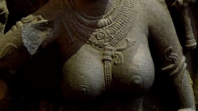 Una-estatua-de-una-mujer-con-cuerpo-desnudo