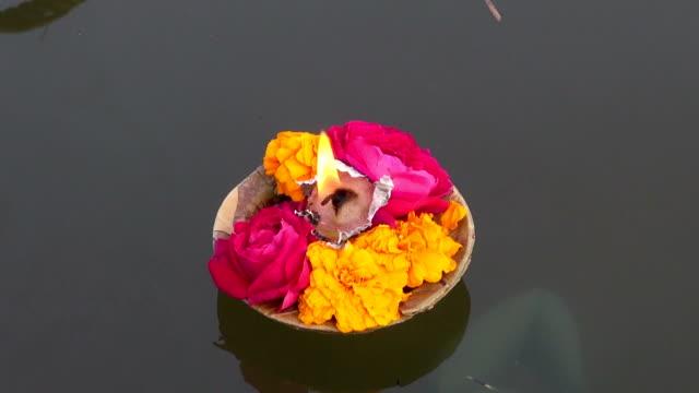 puja-flores-y-velas-en-sagradas-de-la-India-río-Ganges