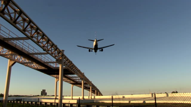 Commercial-airplane-landing