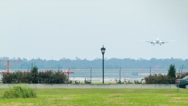 Airliner-Final-Approach-into-New-Orleans-International
