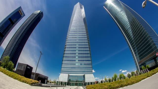 Rascacielos-lapso-de-tiempo-hyperlapse-en-los-cuatro-Torres-negocio-zona-con-los-rascacielos-más-alto-en-Madrid-España