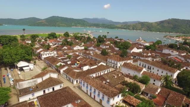 Una-hermosa-toma-cenital-de-una-ciudad-colonial-se-encuentra-en-el-estado-de-hacer-Janeiro-de-Río-en-Brasil