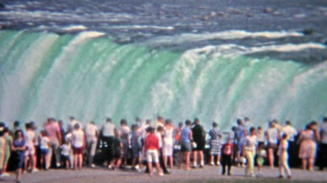 1965:-multitud-observando-los-niveles-de-agua-de-la-inundación-en-las-Cataratas-del-Niágara-