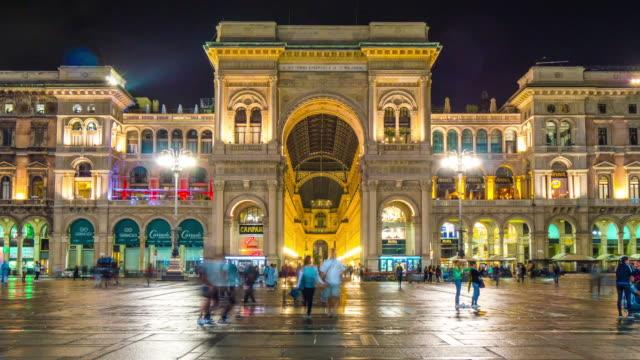 Italia-Milán-de-noche-compras-panorama-del-frontal-de-la-emanuele-de-Galería-vittorio-4k-lapso-de-tiempo