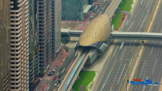 vista-superior-techo-centro-de-Dubai-estación-de-metro-línea-4-k-tiempo-lapso-Emiratos-Árabes-Unidos