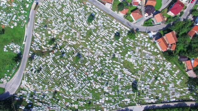 Volando-sobre-el-cementerio-bosnio