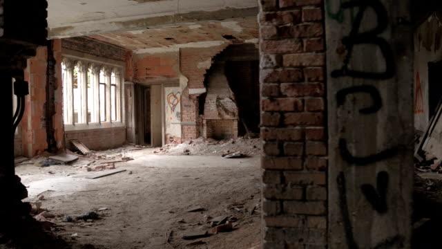 CLOSE-UP:-Geisterhafte-verfallenden-Zimmer-in-verlassenen-Stadt-Methodist-Church-erkunden