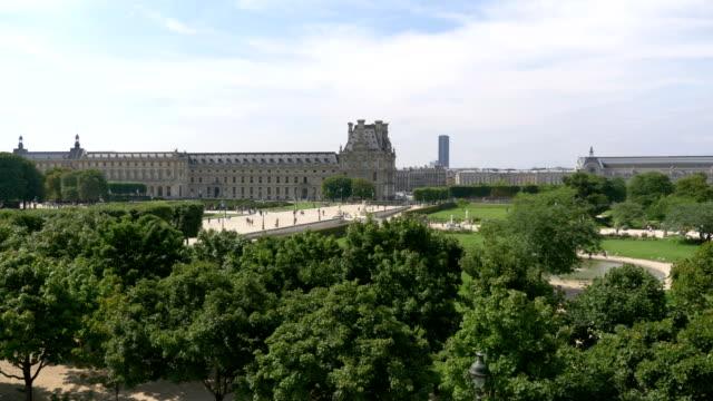 Vista-aérea-de-los-jardines-de-las-Tullerías-en-París-en-4-k-lenta