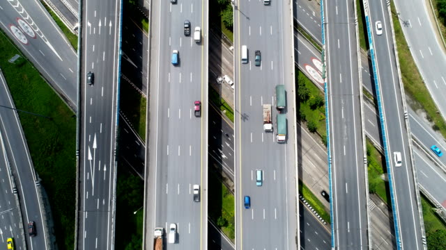 Tráfico-de-carretera-y-puente-de-material-de-archivo-vista-superior-la-ciudad-