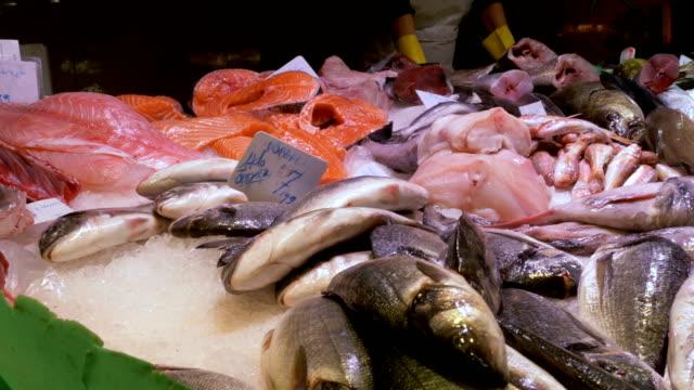Showcase-with-Seafood-in-Ice-at-La-Boqueria-Fish-Market-Barcelona-Spain