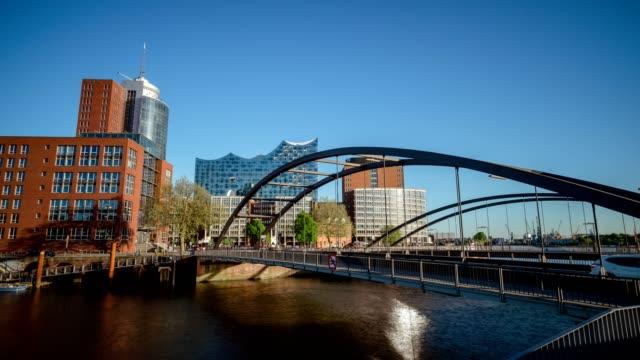 Puente-de-Niederbaumbrucke-con-la-gente-y-coches-que-se-mueven-por-encima-HafenCity-Hamburgo-Alemania