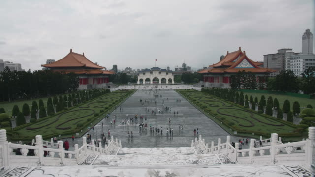 Time-lapse-shot-of-tourist-at-the-Liberty-Square-Chiang-Kai-Shek-Memorial-Hall