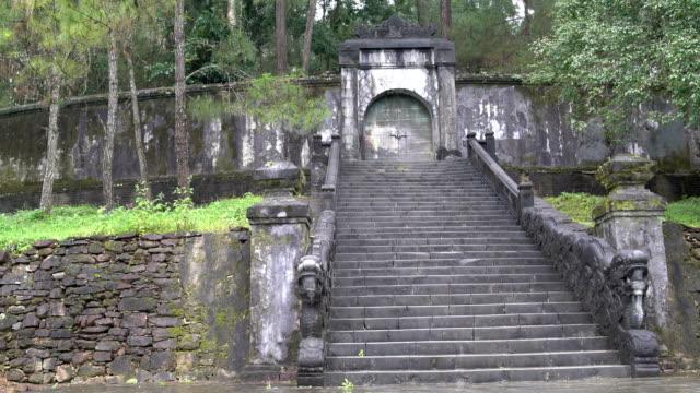 Antigua-escalera-de-piedra-conduce-a-la-tumba