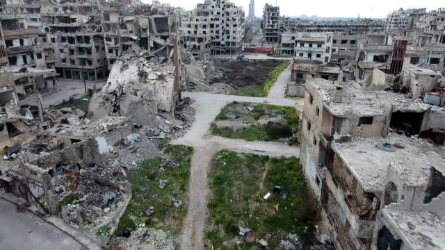 Antena-en-la-calle-de-Alepo-tras-bombardeo