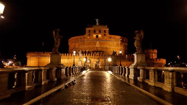 San-Ángel-castillo-Castel-Sant-Angelo-y-el-puente-Ponte-Sant-Angelo-sobre-el-río-Tíber-timelapse-hyperlapse-Roma-Italia
