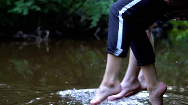 Teenager-entspannt-am-Fluss-sitzen-am-Rande-eines-hölzernen-Steg-
