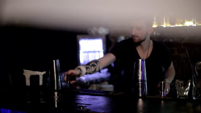 Camarero-ignites-bar