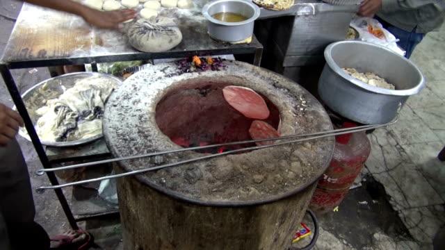 Hornear-chapati-mercado-en-Nueva-Delhi-India