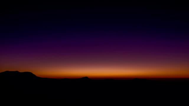 Rainbow-Sunrise-con-morado-anaranjado-sobre-las-montañas-Blue-Ridge