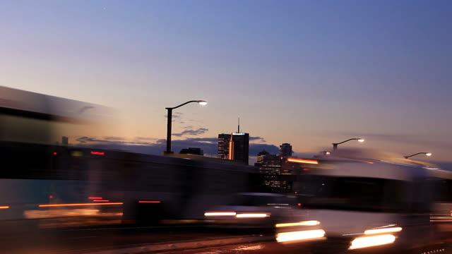 Pendler-Staus-Straße-in-der-Stadt-Nacht-Verkehr-Zeitraffer-Rush-Hour