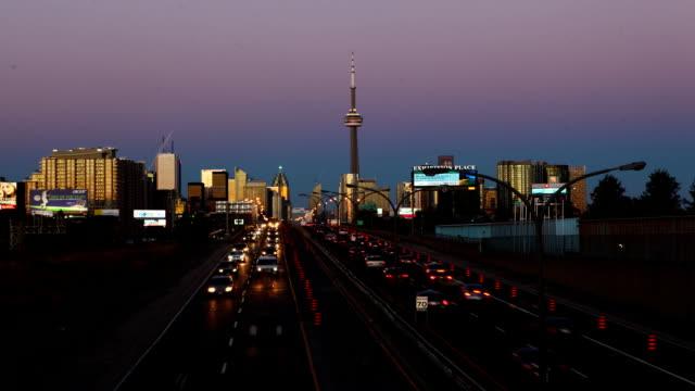 Timelapse-view-of-night-traffic-el-vertido-de-la-ciudad