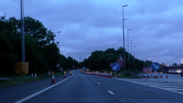 Closed-lane-on-motorway-slip-road