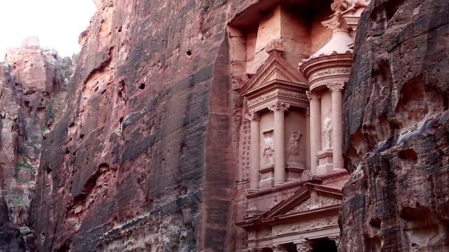 Al-Khazneh-oder-die-Schatzkammer-in-der-alten-Rosenstadt-Petra-in-Jordanien