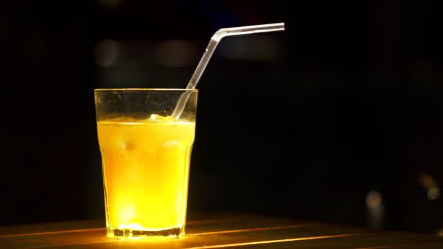 Eis-Coctail-Nahaufnahme-Rumalkohol-und-Mangosaft-